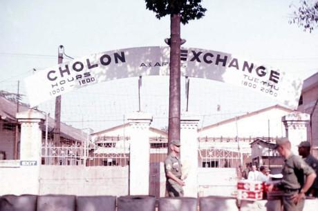 Trạm PX Chợ Lớn ( (Post Exchange, hệ thống phân phối hàng hóa dành cho quân đội Mỹ tại nhiều tỉnh thành miền Nam Việt Nam) ở đường Nguyễn Tri Phương. Ảnh: Oldspooksandspies.org.