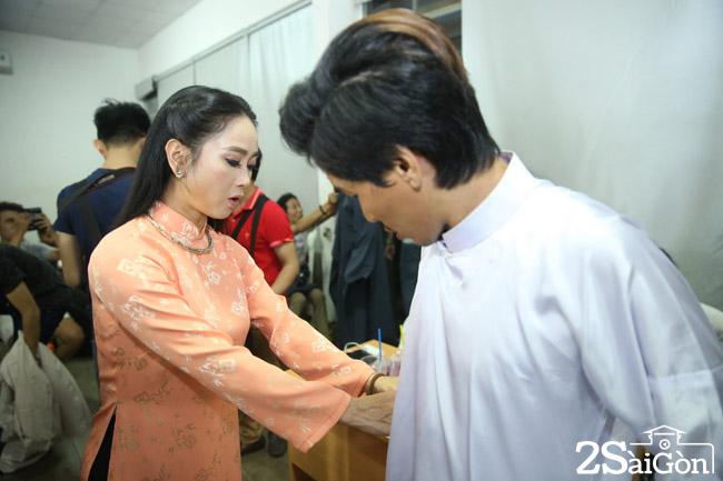 Ca si Trung Hau chinh trang phuc cho bien dao Luong Hoa truoc gio thi