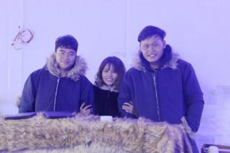 Ba bạn sinh viên kiến trúc với mô hình cà phê băng. Nguyễn Đồng Nhân (trái), Trần Thị Thảo và Quách Mạnh Dương. Ảnh: Thái Nguyễn