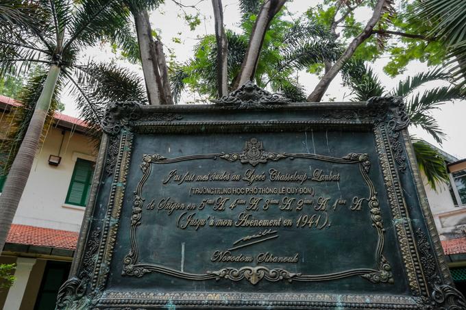 Tấm bia đá có chữ ký của Quốc vương Campuchia Norodom Sihanouk đặt trước phòng truyền thống của trường, với nội dung Ngài đã từng học tại đây vào năm 1941, khi mới 14 tuổi, trước khi trở về nước để lên ngôi vua. Năm 2010, khi sang thăm Việt Nam, quốc vương Sihanouk muốn về thăm trường cũ và trồng cây lưu niệm nhưng vì lý do sức khỏe nên không thực hiện được, tấm bia đá đã được Đại sứ quán Campuchia gửi tặng cho trường làm kỷ niệm.