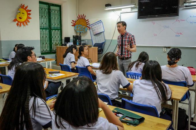 """""""Đội ngũ giáo viên giỏi, nhiệt huyết, cùng thế hệ học sinh luôn nề nếp, phát huy óc sáng tạo đã tạo nên phẩm chất quý báu của ngôi trường ngày nay. Trong thời gian tới, tập thể nhà trường tiếp tục phấn đấu, tăng cường hợp tác với các trường trung học, đại học nổi tiếng trên thế giới, tiếp tục trở thành trường học đi đầu thành phố với mô hình giáo dục tiên tiến và hội nhập quốc tế"""", thầy Hà Hữu Thạch - Hiệu trưởng trường THPT Lê Quý Đôn - nói. Thầy Thạch cho biết, vừa qua UBND TP HCM đã chấp thuận dự án xây dựng, mở rộng trường nhằm tạo điều kiện học tập tốt hơn cho học sinh và giáo viên, đồng thời bảo tồn công trình di tích của thành phố. Theo hồ sơ thiết kế, sàn xây dựng công trình mới rộng 3.106 m2 gồm khu để xe, phòng kỹ thuật, hoạt động thể chất, sảnh sinh hoạt, nhà ăn... Tổng mức đầu tư dự án hơn 97 tỷ đồng từ nguồn ngân sách thành phố, thực hiện đến hết năm 2018."""