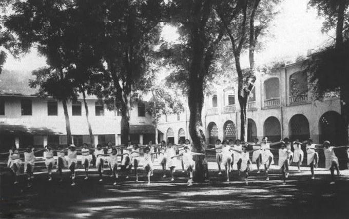 Những năm đầu thành lập, trường chỉ nhận học sinh người Pháp và giảng dạy từ tiểu học đến tú tài theo chương trình Pháp. Đến đầu thế kỷ 20, trường nhận thêm học sinh người Việt có quốc tịch Pháp và chia thành hai khu: học trò người Việt và học trò người Pháp. Vì thế với người Sài Gòn, trường còn có tên gọi khác là Bổn Quốc Sài Gòn. Ảnh: Thieunien.vn