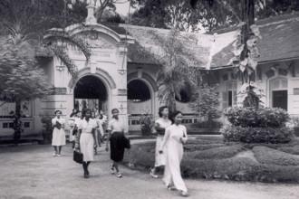 Trường THPT Marie Curie được thành lập năm 1918, với tên gọi ban đầu là Cao đẳng Tiểu học nữ sinh người Pháp (EPS des J.F. Francaises), chỉ giảng dạy các môn học bằng tiếng Pháp cho các nữ sinh người Pháp và một số ít người Việt xuất thân từ các gia đình giàu có, quyền quý.