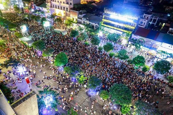 Khác với những năm trước, trong đêm mừng ngày thống nhất đất nước năm nay, TP HCM không bắn pháo hoa. Tuy nhiên, dòng người vẫn đổ về phố đi bộ Nguyễn Huệ (quận 1, TP HCM) để thưởng thức các chương trình nghệ thuật.