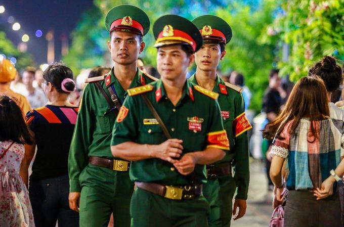 Lực lượng kiểm soát quân sự tuần tra, đảm bảo an ninh trật tự cho du khách vui chơi trên phố đi bộ Nguyễn Huệ.