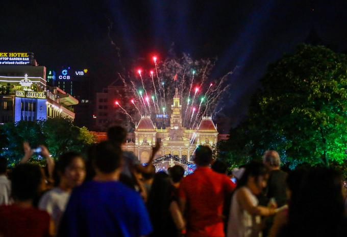 Người dân và du khách cùng chiêm ngưỡng màn pháo sáng trước tòa nhà UBND TP HCM trong chương trình nghệ thuật kỷ niệm 42 năm ngày thống nhất đất nước.