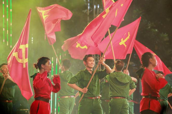 Các tiết mục nghệ thuật mang âm hưởng hào hùng, không khí vui tươi với nhiều ca khúc như: Tình ca, Cô gái mở đường, Sài Gòn quật khởi