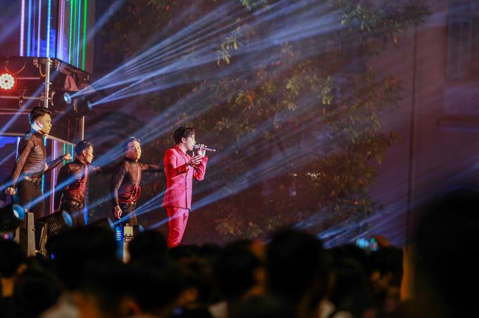 Giữa phố đi bộ, một chương trình nghệ thuật khác mang tên Việt Nam vươn cao trình diễn nhiều ca khúc trẻ, sôi động thu hút nhiều bạn trẻ và du khách nước ngoài.