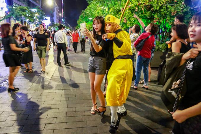 """Bạn trẻ chụp hình lưu niệm cùng nhân vật Tôn Ngộ Không. """"Kỳ nghỉ lễ kéo dài 4 ngày nên tụi mình tha hồ có thời gian đi chơi trên phố về đêm"""", Diễm My, sinh viên Đại học Tự nhiên, nói."""