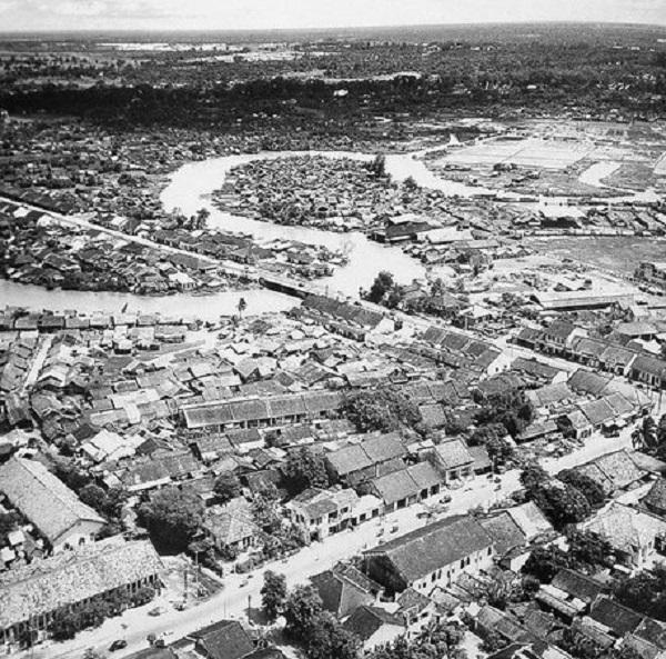 Cầu Kiệu năm 1955 nhìn từ hướng Sài Gòn về ngã tư Phú Nhuận với con kinh Nhiêu Lộc - Thị Nghè hiện nay - Ảnh tư liệu