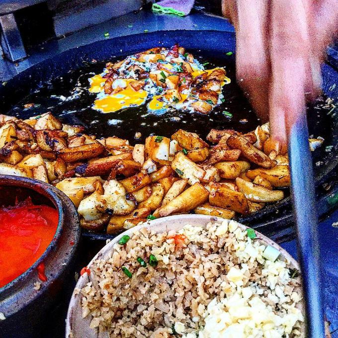 Đã mất công tới đây, bạn cũng đừng quên ghé qua các quán hàng khác trong khu chợ Hòa Bình - một trong những thiên đường ẩm thực giá rẻ ở Sài Gòn. Giá cả trung bình chỉ khoảng 5.000 đồng - 20.000 đồng, bạn có nhiều lựa chọn như súp cua, ốc, bánh mì nướng, bánh rán doremon, bánh flan, phá lấu, há cảo, bún riêu, bánh hẹ... Ảnh: addy-shioya