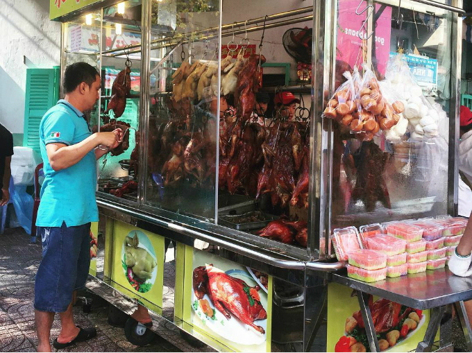 Nằm tại quận 5, nơi được mệnh danh là Chinatown của Sài Gòn, tập trung nhiều người Hoa sinh sống lâu đời, nên khu chợ cũng có một số món ăn Trung Quốc. Ảnh: kylerin