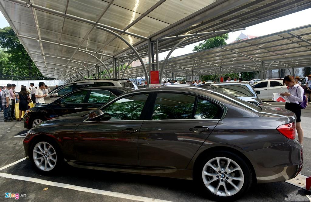 Chiếc BMW 320i đăng ký năm 2014, số km đã đi hơn 37.000 km được rao bán với giá 1 tỷ 250 triệu đồng.