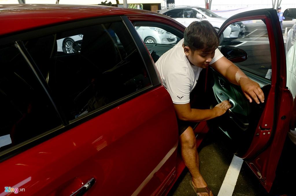 Người mua có thể trực tiếp kiểm tra xe ngay tại chợ.