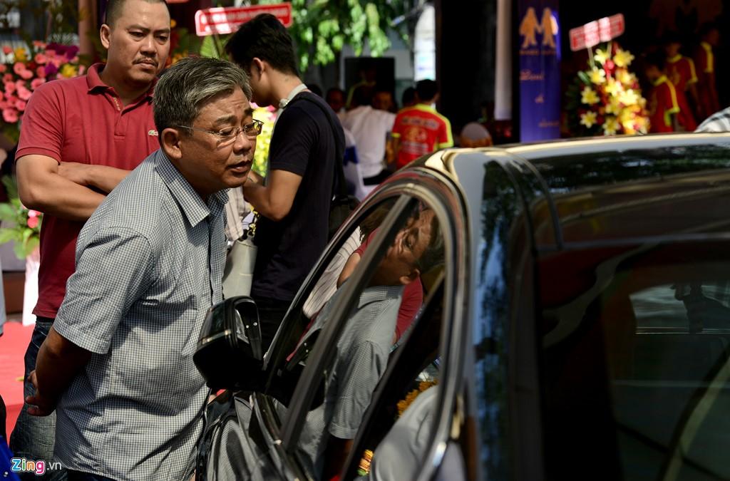 """Ông Huỳnh Kỳ Long, khách hàng đến từ Tiền Giang cho biết, việc mua xe kiểu này thoải mái, dễ lựa hơn với nhiều loại và yên tâm, giá đảm bảo không bị đắt hay rẻ. """"Tôi dự định mua một chiếc giá dưới 1 tỷ và hy vọng sẽ lựa chọn được chiếc xe ưng ý, đảm bảo sự minh bạch về lịch sử và pháp lý"""", ông Long cho hay."""