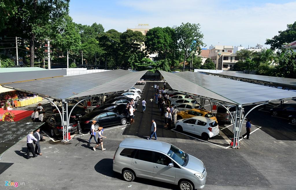 Ngày 13/7, một chợ bán xe hơi cũ rộng 5.000 m2 rục rịch mở giao dịch tại góc đường Mạc Đĩnh Chi - Nguyễn Đình Chiểu (quận 1, TP HCM). Sáng nay, nhiều người sớm tìm đến tham khảo.