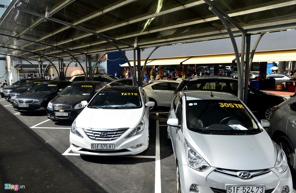 Đây là nơi công ty đầu tư chợ cho người bán thuê chỗ 100.000 đồng/ngày để đặt xe nhằm tiếp cận người mua.