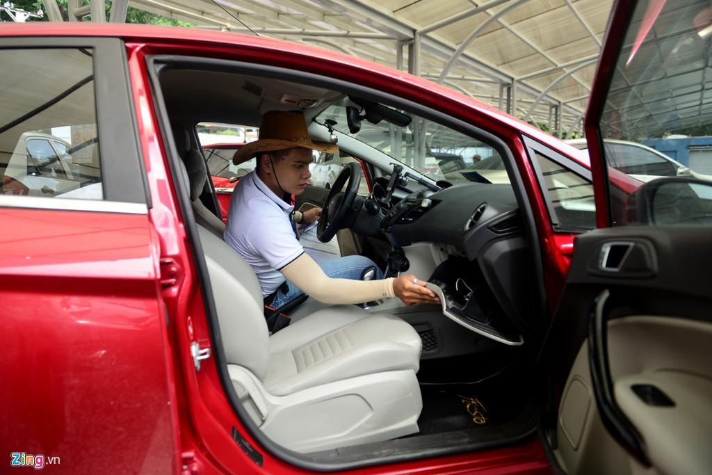 Trước khi làm thủ tục giao nhận xe, đội ngũ chuyên viên chợ sẽ kiểm tra nhiều bộ phận. Chiếc xe sẽ được đảm bảo an toàn trong thời gian gửi bán tại chợ.