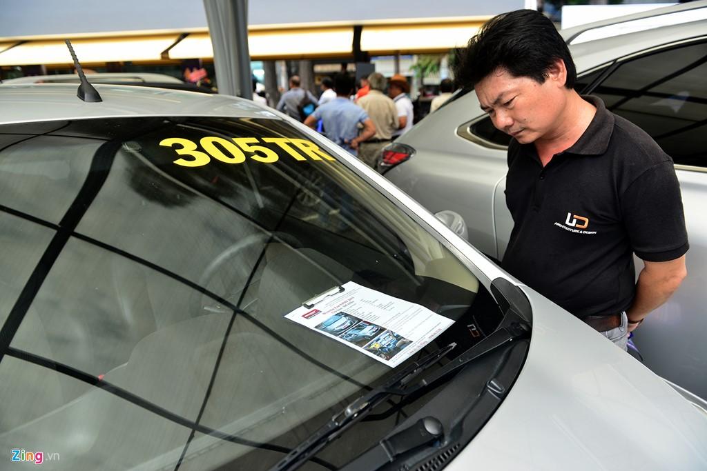 Xe sẽ được gắn giá sẵn cùng thông tin lịch sử xe, thời điểm mua, số km... cùng địa chỉ, số điện thoại người bán.