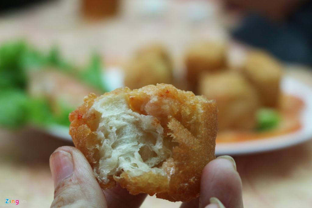 Quẩy tôm thịt, biến tấu mới của món bánh ăn quen thuộc, gây tò mò cho nhiều thực khách. Đây là món bánh ăn kèm mì, hay sủi cảo.