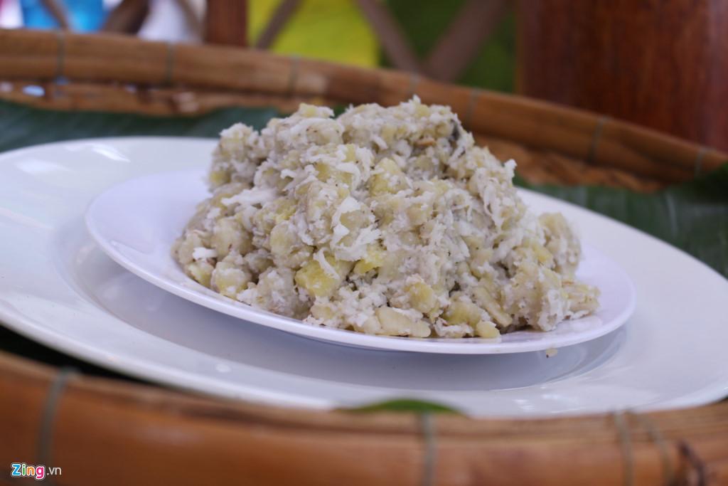 Chuối quết dừa có giá 10.000 đồng một phần.