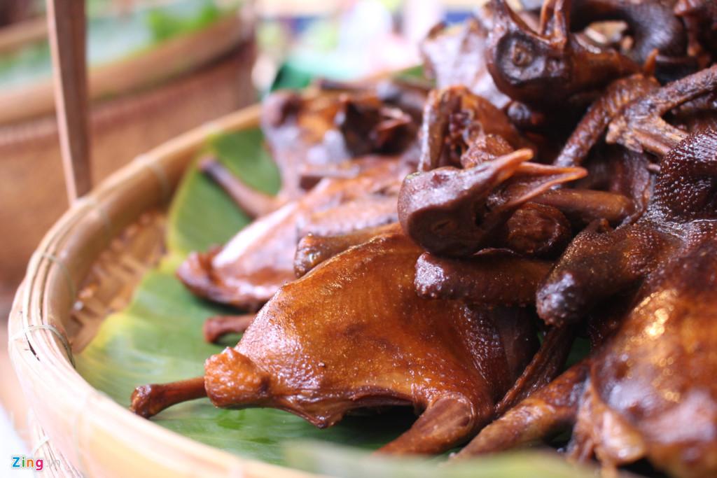 Ngoài ra, chuyên gia ẩm thực Việt Nam Võ Quốc sẽ trực tiếp biểu diễn và dạy cho khách chế biến một số món ăn hàng ngày đơn giản. Ông Võ Quốc sẽ trổ tài lúc 11-13h30 và 19-19h30 mỗi ngày suốt thời gian diễn ra liên hoan.