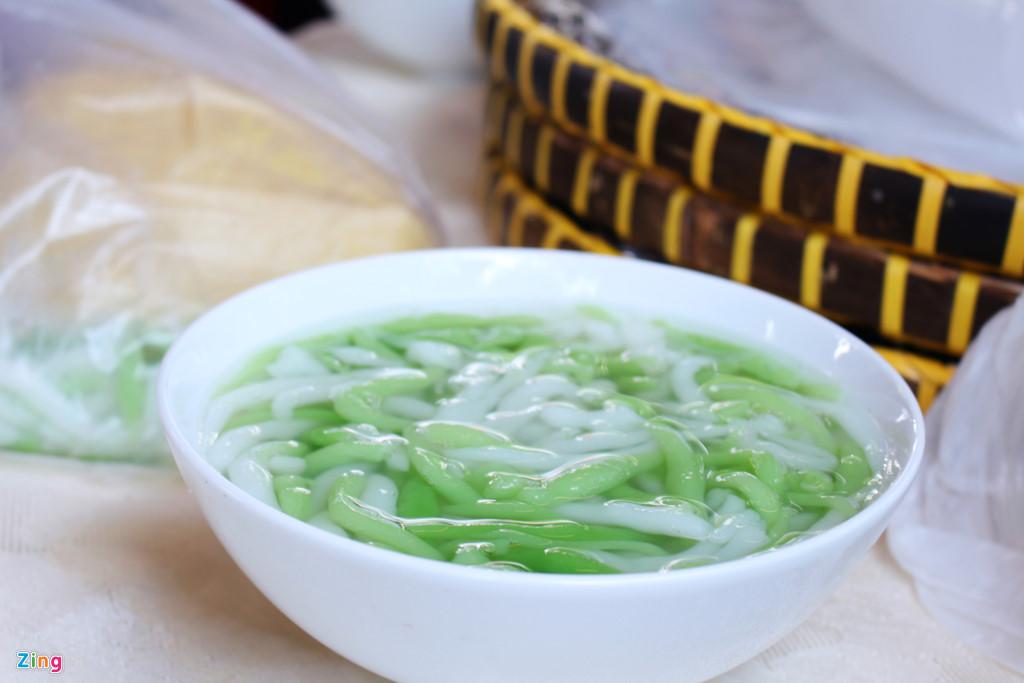 Ngoài các món mặn, bạn có thể tìm thấy các món chè quen thuộc của người dân miền Nam như bánh lọt.