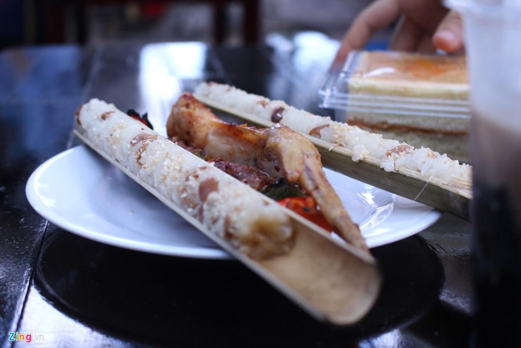 Bên cạnh các gian hàng ẩm thực đặc trưng miền Nam, khách tham quan khá tò mò với các món ngon Tây Nguyên như cơm lam.