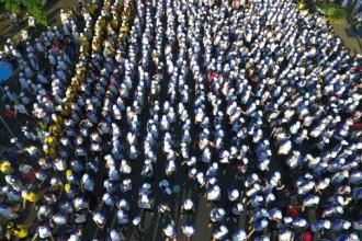 Dòng người chuẩn bị bắt đầu chương trình khởi động hành trình 10.000 bước chân - Ảnh: THUẬN THẮNG