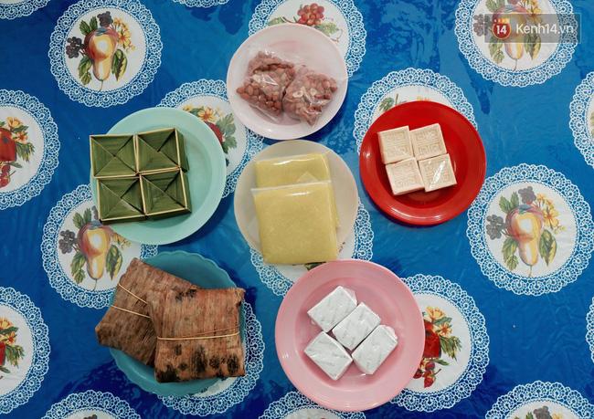 Trên bàn luôn có sẵn những món bánh quê.