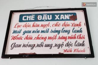Tấm biển ngày xưa vẫn còn đó trong quán chè Hiển Khánh.