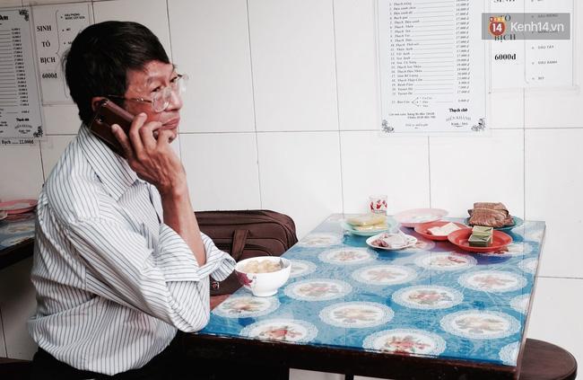 Ông Phú là khách hàng đã gắn bó với tiệm từ hàng chục năm nay.