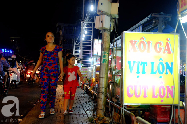 Bán buôn thẳng tắp nhìn mướt con mắt! Sài Gòn cứ thế, đẹp xinh văn minh hơn mỗi ngày mà vẫn bao dung chở che cho những gánh hàng nay đây mai đó