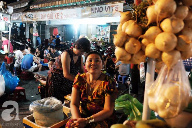 Cứ ngỡ số nghiệp buôn gánh bán bưng thì gánh bưng mà buôn bán nhưng Sài Gòn hào sảng lắm, dư giả để cải tổ dựng nên khu chợ trời ẩm thực hàng rong dễ thương này!