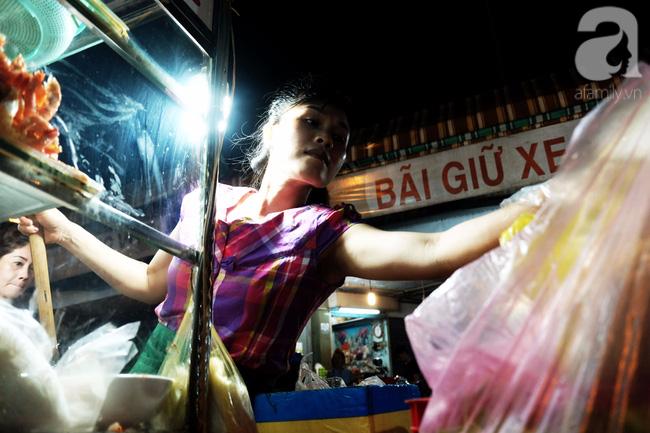 Điều buồn nhất mà nếu có thể xảy ra ở Sài Gòn chắc có lẽ là thiếu vắng những xe bún, gánh hàng ăn vặt.