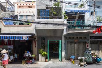 Ngôi nhà nằm trong 1 con hẻm ở tp Hồ Chí Minh. Với đặc trưng hẹp ngang và có chiều sâu khá dài nên vấn đề về thông gió và chiếu sáng rất được quan tâm