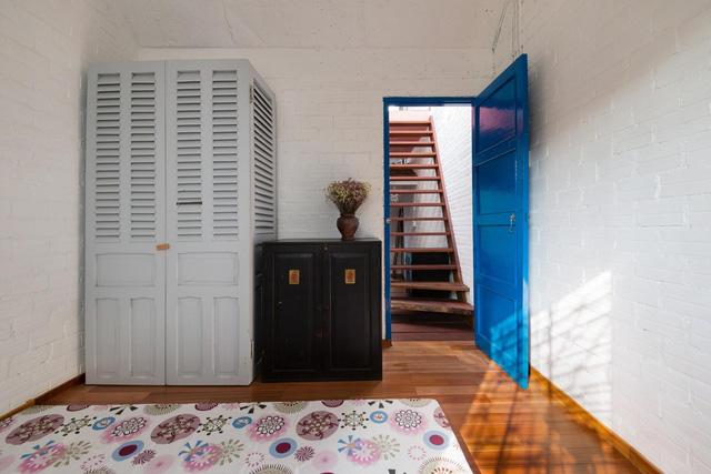 Phong cách hoài cổ được thể hiện qua các dùng màu sơn và đồ nội thất