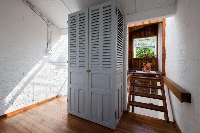 Chiếc tủ đồ được dựng bằng những tấm cửa cũ, được sơn chỉnh để mới và đẹp hơn