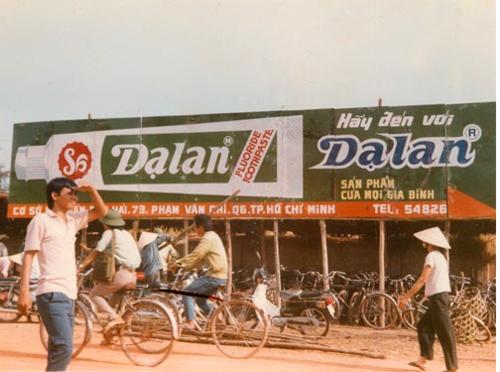 Biển hiệu cửa hàng kem đánh răng Dạ Lan với hình vẽ tuýp kem đánh răng khổng lồ