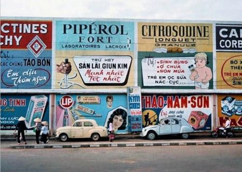 Nếu không đọc kĩ thì ít ai phát hiện ra rằng những biển quảng cáo đầy màu sắc này là về thuốc trị bệnh TƯ LIỆU