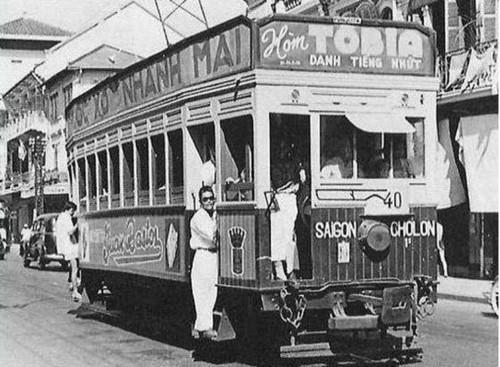 """Không những quảng cáo trên báo, hòm Tobia còn xuất hiện trên xe điện Sài Gòn – Chợ Lớn. Dòng chữ """"Hòm Tobia danh tiếng nhất"""" được vẽ ngay trên đầu xe. Quả là một bước ngoặt ngoạn mục trong ngành quảng cáo của Sài Gòn xưa TƯ LIỆU"""