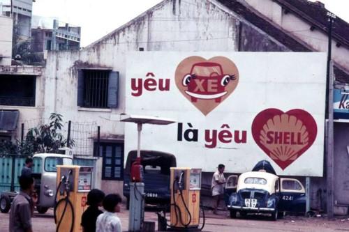 Quảng cáo thương hiệu xăng dầu Shell vô cùng đáng yêu tại một cửa hàng xăng TƯ LIỆU