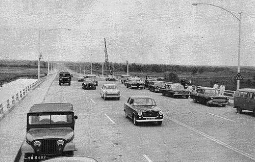 Dàn xe hơi đậu kín trên Xa lộ Biên Hòa trong ngày khánh thành. Ảnh: Life