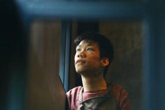 Lê Minh Châu sinh năm 1991, là một chàng trai sống và lớn lên tại làng Hòa Bình (BV Từ Dũ) - nơi chăm sóc những đứa trẻ bị chất độc da cam. Ngay từ khi chào đời, Châu đã là một đứa trẻ bị khuyết tật ở cánh tay và chân, khiến việc đi lại trở nên khó khăn. Ở tuổi 17, vượt qua những tự ti của một nạn nhân chất độc da cam, với niềm khao khát thực hiện ước mơ cháy bỏng, Châu đã rời khỏi làng Hòa Bình và tự mở một phòng tranh cho mình, nuôi sống bản thân qua những bức tranh do chính cậu vẽ - bằng miệng.