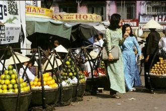 Một quầy trái cây năm 1970