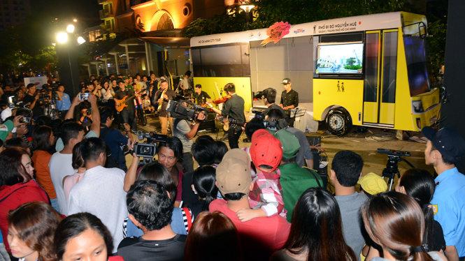 Một không gian biểu diễn tại mô hình xe buýt trong chương trình Nghệ thuật đường phố tại phố đi bộ Nguyễn Huệ, Q.1, TP.HCM tối 13-5 - Ảnh: Quang Định