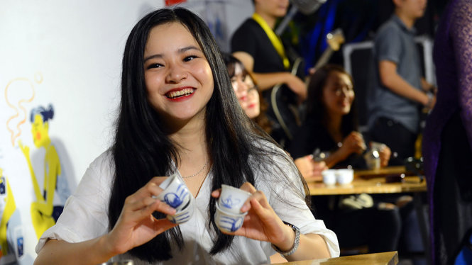 Một bạn trẻ biểu diễn với những cái ly uống trà trong chương trình Nghệ thuật đường phố tại phố đi bộ Nguyễn Huệ, Q.1, TP.HCM tối 13-5 - Ảnh: Quang Định