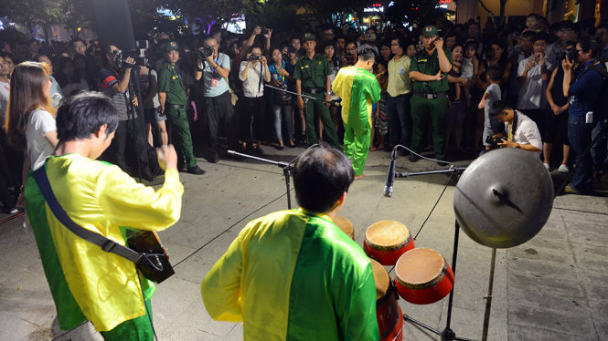 Một nhóm biểu diễn mặc đồ bà ba trong chương trình Nghệ thuật đường phố tại phố đi bộ Nguyễn Huệ, Q.1, TP.HCM tối 13-5 - Ảnh: Quang Định