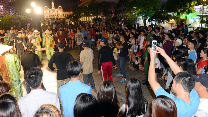 Biểu diễn hiphop thu hút đông đảo người xem trong chương trình Nghệ thuật đường phố tại phố đi bộ Nguyễn Huệ, Q.1, TP.HCM tối 13-5 - Ảnh: Quang Định