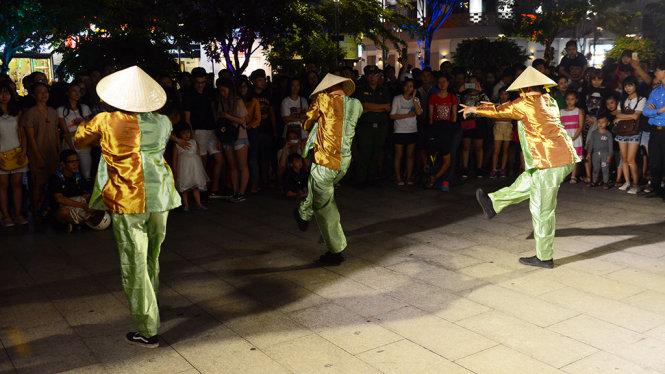 Mặc áo bà ba nhảy hiphop trong chương trình Nghệ thuật đường phố tại phố đi bộ Nguyễn Huệ, Q.1, TP.HCM tối 13-5 - Ảnh: Quang Định